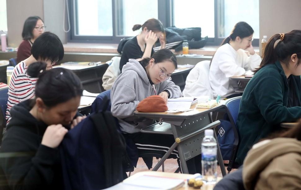 2019학년도 대학수학능력시험일인 지난해 11월15일 오전 서울 중구 이화외국어고등학교에서 수험생들이 시험 시작을 기다리고 있다. 박종식 기자 anaki@hani.co.kr