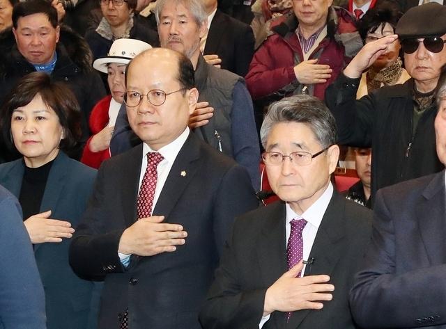 김진태·이종명 자유한국당 의원이 주최한 5·18 진상규명 대국민 공청회가 지난 2월8일 오후 국회 의원회관에서 열려 발표자로 나선 지만원(오른쪽)씨와 참석자들이 국민의례를 하고 있다. 김경호 선임기자 jijae@hani.co.kr