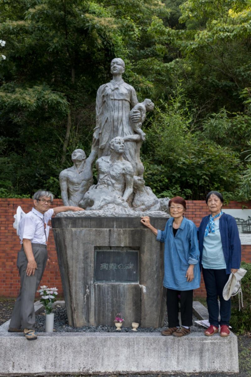 8월5일 일본 교토부 마이즈루항에 있는 우키시마호 조선인 희생자 위령비 앞에서 추모모임 대표인 요에 가쓰히코(왼쪽)와 그의 부인 미호코(가운데), 사무국장 사카모토 리사코가 서 있다. 박승화 기자