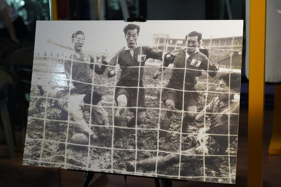 1954년 3월7일 일본 도쿄에서 맞붙은 스위스월드컵 아시아 예선 한일전에서 최정민(왼쪽) 선수가 결승골을 넣고 있다.