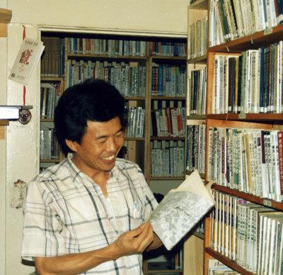 1981년 밀항을 거쳐 미국 망명에 성공한 무렵의 윤한봉 선생. 그는 1989년 7월 북한에서 국제평화대행진을 기획해 문규현 신부와 임수경 학생의 '판문점 도보 귀환'을 지원했다. 사진 합수윤한봉기념사업회 제공