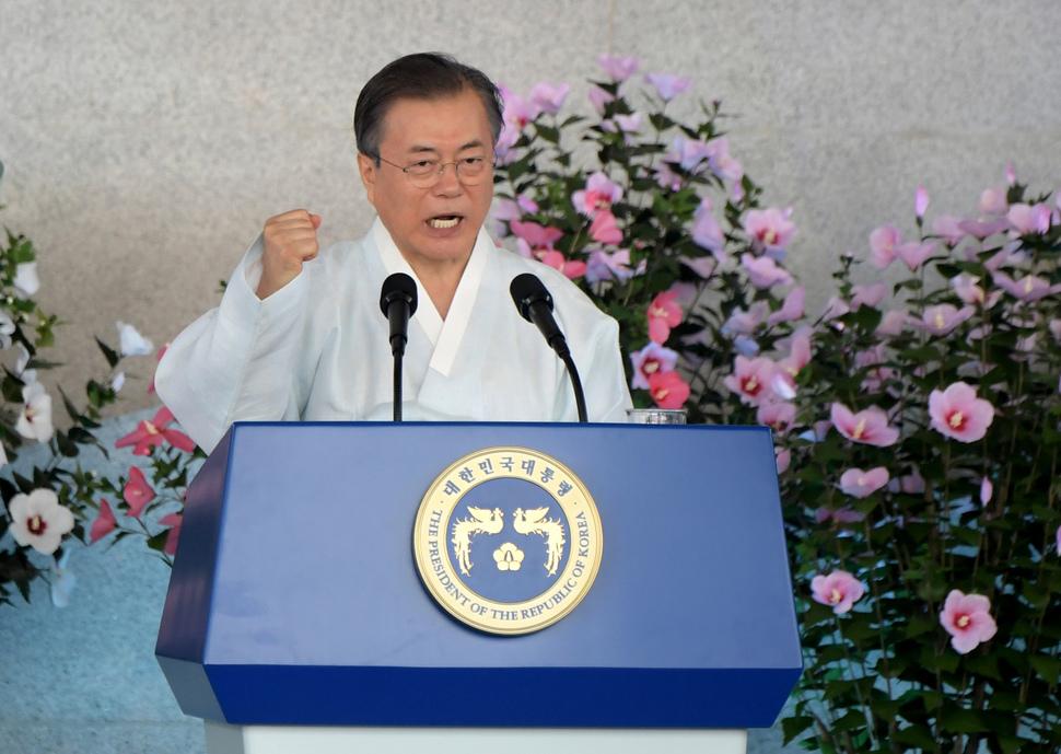 """문재인 대통령이 15일 독립기념관 겨레의집에서 열린 제74주년 광복절 경축식에서 """"우리는 할 수 있습니다"""" 를 외치며 주먹을 불끈 쥐고 있다. 천안/사진공동취재단"""