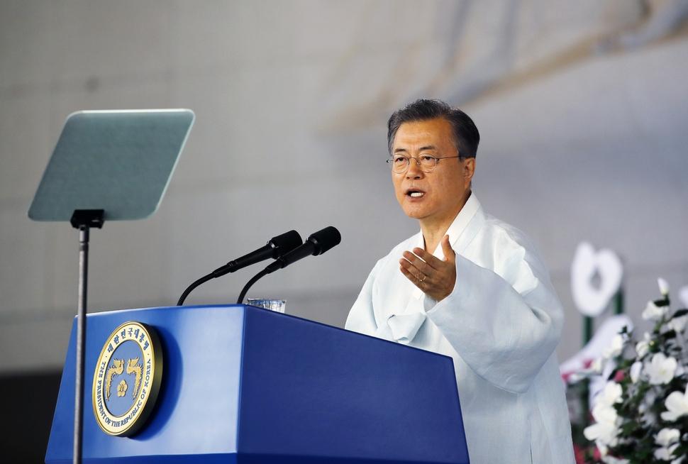 문재인 대통령이 15일 오전 천안 독립기념관 겨레의 집에서 열린 제74주년 광복절 경축식에서 경축사를 하고 있다. 연합뉴스