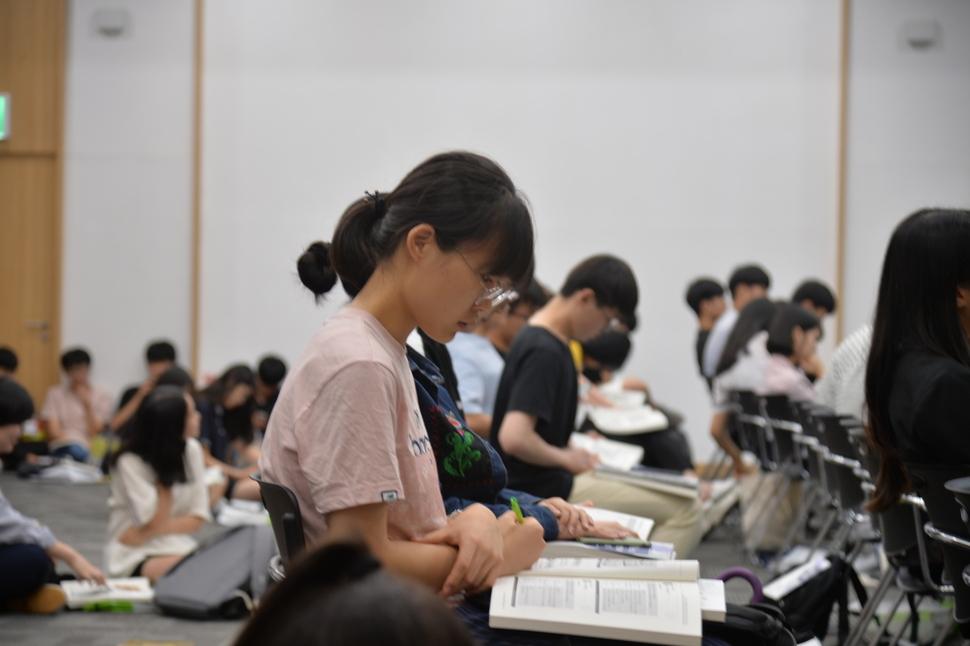 2학기부터 고등학교 3학년들을 대상으로 고교 무상교육이 실시된다. 사진은 경북지역 고등학생들이 학교에서 공부하는 모습. 경북교육청 제공.