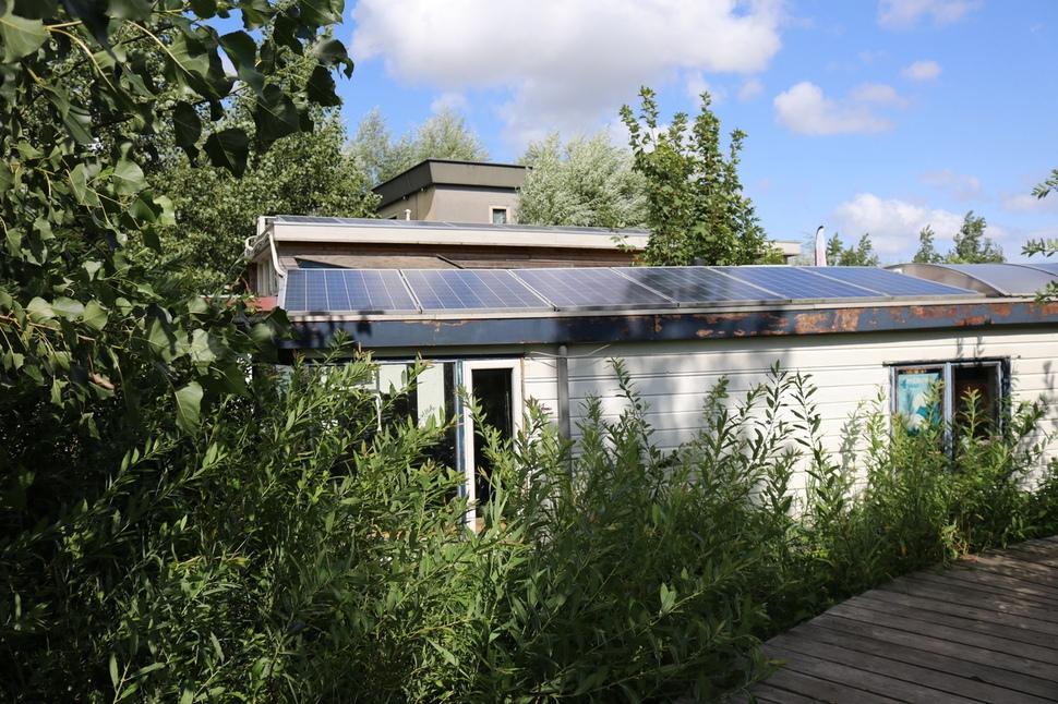 드커블 선상 사무실의 지붕에는 태양광 패널을 설치해 드커블에서 소비하는 전력의 20%를 자체적으로 생산하고 있다. 사무실별로 생산하고 소비한 전력을 데이터로 기록해, 쓰고 남은 전력은 사무실 간에 거래도 가능하고 암호화폐로 전환해 드커블 카페에서 사용할 수 있게끔 했다.