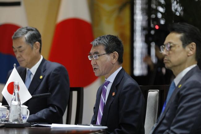 고노 다로 일본 외무상(가운데)이 21일 중국 베이징 외곽 구베이수전에서 열린 제9차 한중일 외교장관회의에서 발언을 하고 있다. 베이징/EPA 연합뉴스