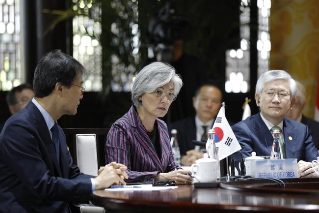 강경화 외교장관(가운데)이 21일 중국 베이징 외곽 구베이수전에서 열린 제9차 한중일 외교장관회의에서 발언하고 있다. 베이징/EPA 연합뉴스