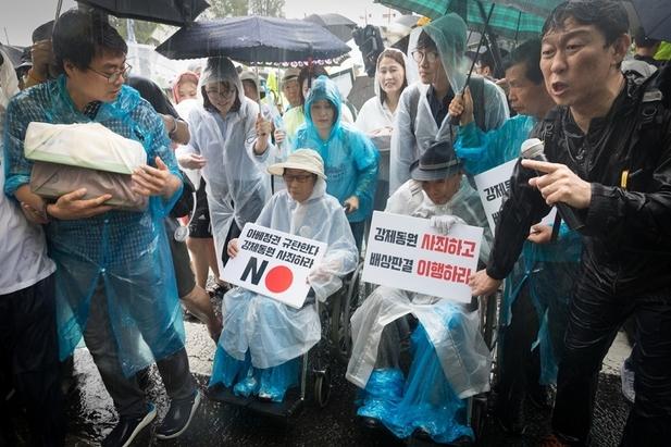 광복 74돌을 맞아 8월15일 서울 태평로 서울광장에서 열린 '일본 강제동원 문제 해결을 위한 시민대회'에 참가한 일제 강제징용 피해자와 시민들이 주한 일본대사관까지 평화행진을 벌였다. 이춘식 할아버지(오른쪽 휠체어 앉은 이)와 양금덕 할머니(왼쪽 휠체어)는 일본 정부의 사죄와 일본 기업의 배상을 요구하는 시민 1만7천 명이 참여한 서명지(맨 왼쪽 보퉁이 두 개)를 직접 전달하려고 빗속에서 기다렸지만, 일본대사관 쪽에선 끝내 아무도 나오지 않았다.