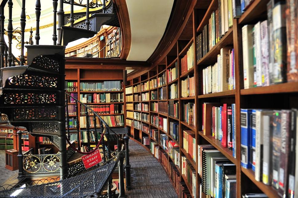 영국 리버풀 도서관의 수많은 책들. 어디로 가야 할지 알 수 없을 때, 삶에서 완전히 길을 잃었을 때, 나는 낯선 도시의 도서관에 간다. 그곳에 가면, 이렇게 많은 책들 하나하나가 눈부시게 반짝거린다. '우리가 언젠가는 가야 할 길'의 이정표처럼. 사진 이승원
