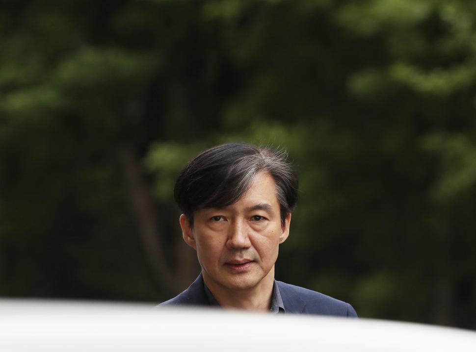 조국 법무부 장관 후보자가 8일 오후 외출을 마친 뒤 서울 서초구 방배동 집으로 돌아오고 있다. 연합뉴스