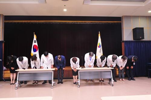 지난 10일 경기도 고양시 국립암센터 강당에서 임직원들이 파업으로 인한 환자 불편에 대해 머리 숙여 사과하고 있다. 국립암센터 제공