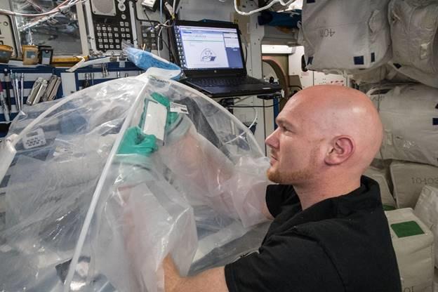 유럽우주국(ESA) 소속 우주비행사 알렉산더 거스트가 우주정거장에서 시멘트혼합 실험을 하고 있다. 나사 제공