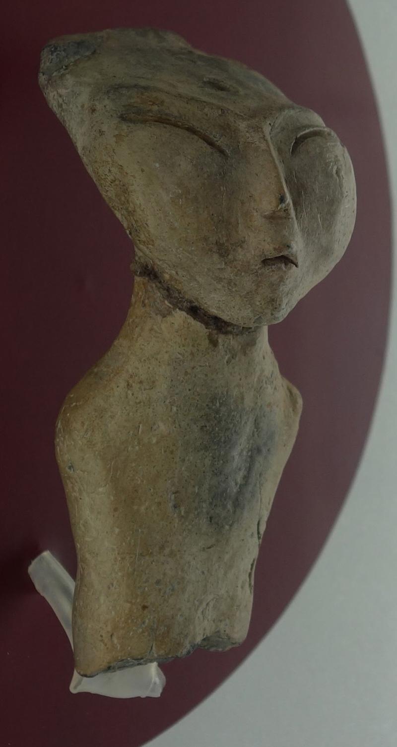 8천년 전 아무르(흑룡강)의 신석기시대 유적에서 발견된 편두를 한 여신상. 강인욱 제공