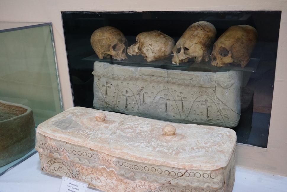 서기 6~7세기 중앙아시아 조로아스터교인들의 무덤과 편두 유골. 이들은 편두로 자신들의 종교를 증명했다.  강인욱 제공