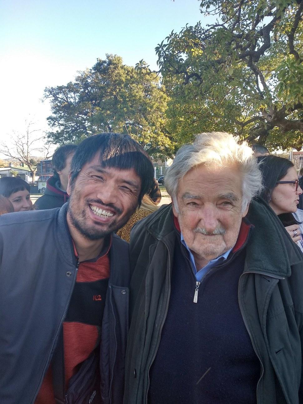 지난 6월초 <한겨레> 독자 공광준씨가 우루과이 몬테비데오 인근에서 열린 '프렌테 암플리오'(광역전선) 연설집회에서 호세 무히카 전 대통령을 만나 기념사진을 찍었다.  공광준 제공