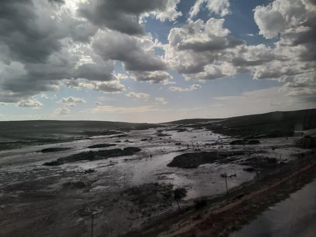 내몽골 초원의 날씨는 다혈질이란 인상을 준다. 한번 소나기가 퍼부으면, 초원과 언덕 일대에 순식간에 큰 강과 천이 곳곳에 넘쳐흘렀다.
