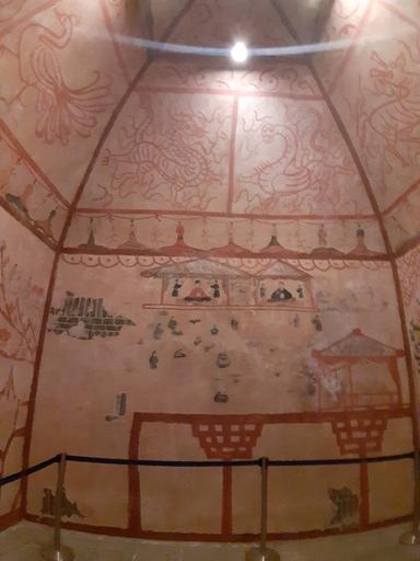성락고성박물관에 복제 공간으로 재현된 허린거얼 신점자 벽화고분. 3세기 후한대 오환교위의 벼슬을 맡은 유력자의 무덤 벽화다. 후대 고구려 벽화에 구성, 도상 등에서 상당 부분 영향을 미쳤다는 사실을 보여준다.