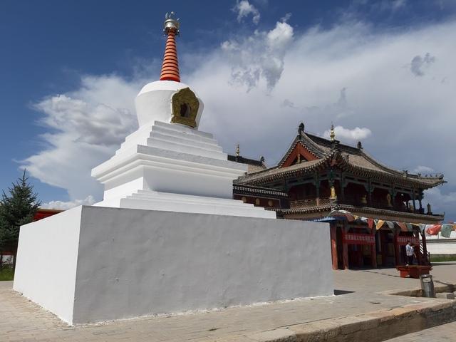 네이멍구 지역의 군사 교통 요지였던 바오터우에 자리한 불교사원 백령묘. 티베트에서 유래한 라마불교 특유의 불탑과 금당건물이 보인다.