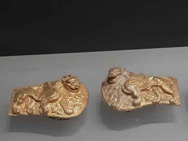 네이멍구박물관에서 전시 중인 호랑이 모양의 버클 장식. 한반도 청동기, 철기 문화 유물들과 양식적으로 직결돼 주목되는 금공예품이다.