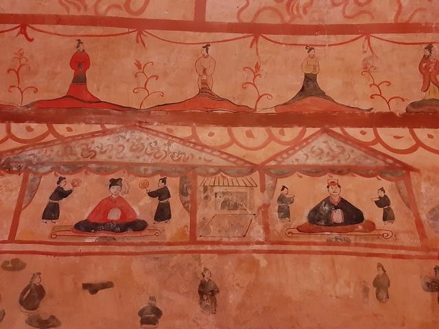 허린거얼 고분벽화의 묘주도 세부. 고구려의 덕흥리 고분이나 안악 3호분 벽화의 묘주도와 기본 구성이 비슷하다.