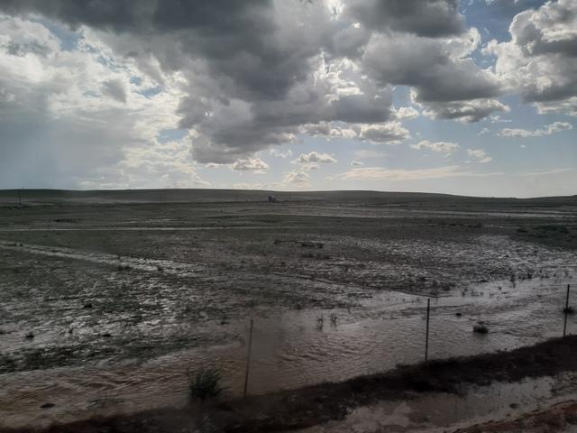 한동안 비가 내린 뒤 물바다로 변한 몽골 초원. 한번 소나기가 퍼부으면, 초원과 언덕 일대에 순식간에 큰 강과 천이 곳곳에 넘쳐흘렀다.