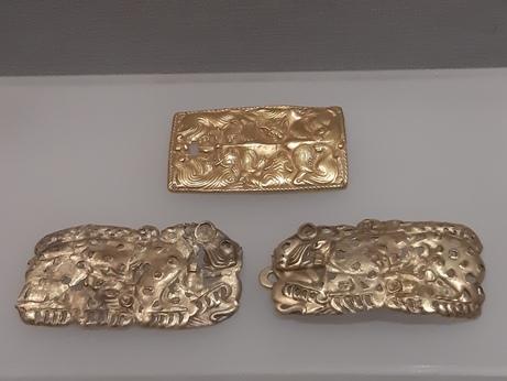 한반도 청동기, 철기 문화 유물들과 양식적으로 잇닿는 내몽골 지역 출토 동물형 금공예품. 네이멍구박물관에서 전시 중인 소장품이다.