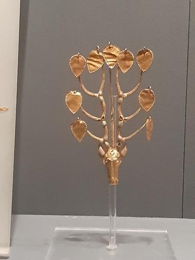내몽골 지역에서 출토된 이파리 모양 장식구. 신라 금관 등의 기물 모양과 양식적으로 뚜렷한 연관관계가 확인된다. 네이멍구박물관에 전시 중이다.
