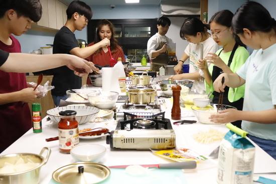10대의 주방에서 감자를 주제로 개인 요리를 하는 10대 셰프들.    동북권역 마을배움터 제공