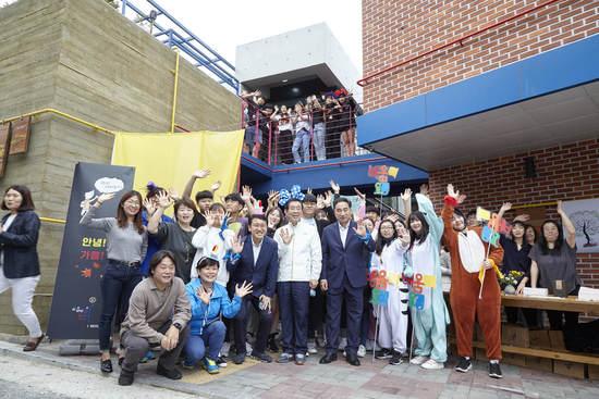 지난 21일 열린 개관식에서 박원순 서울시장 등 하객들과 배움터 학생·운영진 등이 함께 기념사진을 찍고 있다.    동북권역 마을배움터 제공