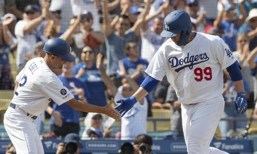 류현진, MLB 데뷔 첫 홈런…6차례 도전 끝에 13승 달성