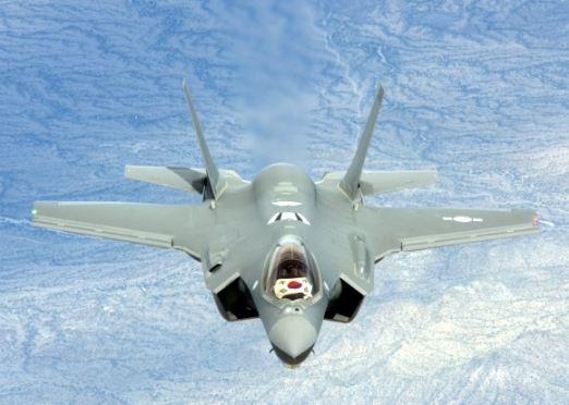 미국 F-35A 전투기가 한국으로 인도되기 위해 3월28일(현지시각) 미국 애리조나주 루크 기지를 이륙해 비행하고 있다. 방위사업청 제공