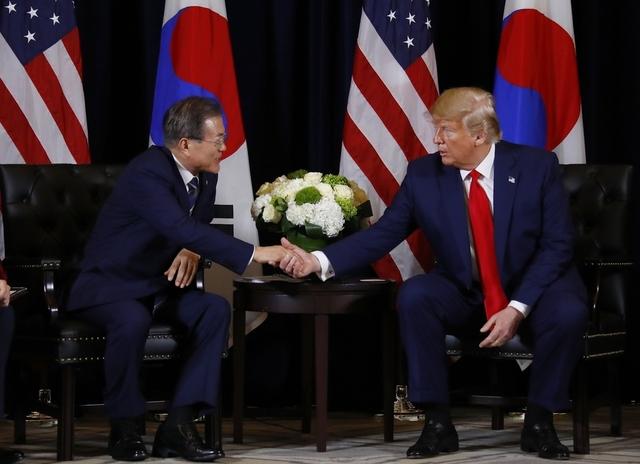 문재인 대통령이 23일(현지시각) 숙소인 미국 뉴욕 인터콘티넨탈 호텔에서 도널드 트럼프 미국 대통령을 만나 한미 정상회담을 하고 있다. 뉴욕/연합뉴스