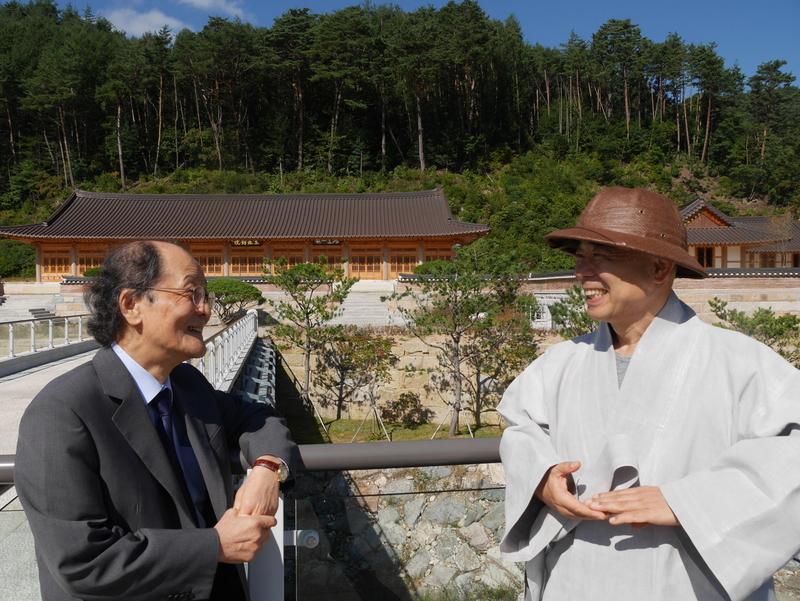 오대산자연명상마을 내 동림교를 건너다 이야기를 나누며 웃는 조정래 작가(왼쪽)와 정념 스님.