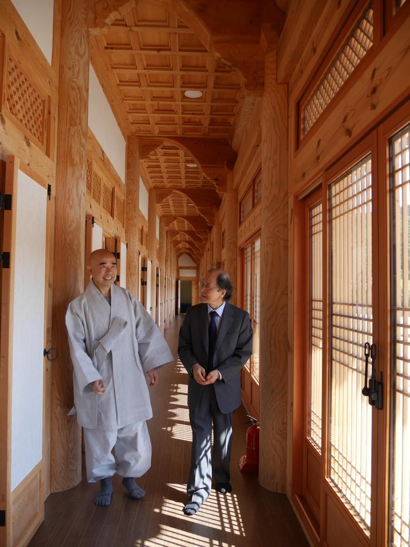 오대산자연명상마을 내 명상실 등이 있는 동림선원 복도를 걷는 정념 스님(왼쪽)과 조정래 작가.