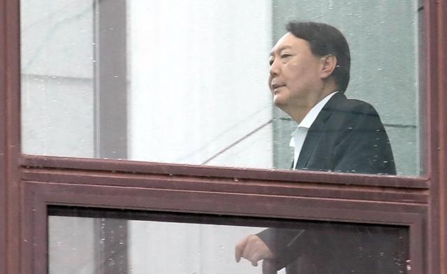 윤석열 검찰총장이 지난 4일 대검찰청 구내식당으로 걸어가고 있다. 연합뉴스
