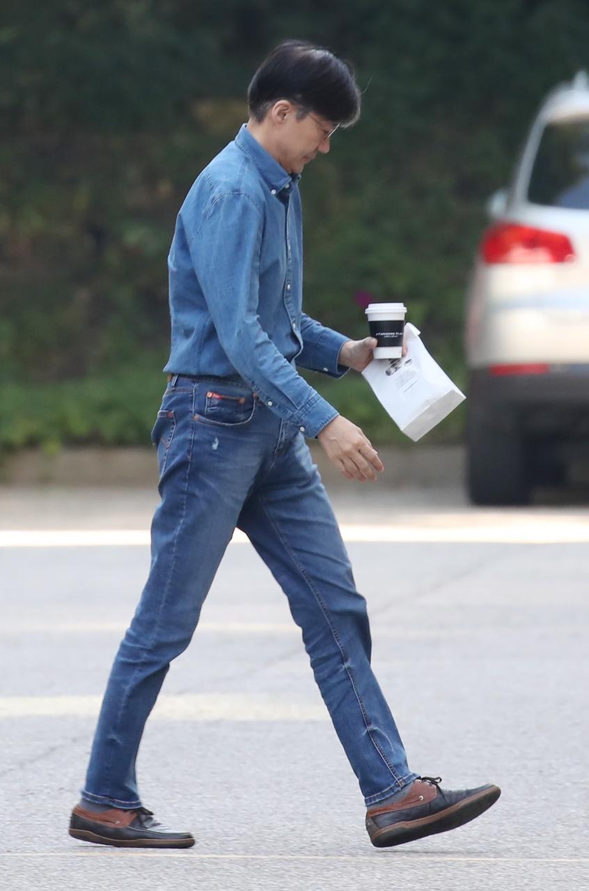 조국 법무부 장관이 29일 외출 뒤 서울 서초구 방배동 자택으로 들어가고 있다. 연합뉴스
