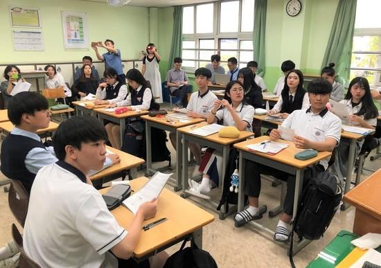 9월20일 오후 경기 숙지고등학교에서 '논쟁이 살아있는 교실' 공개 수업이 열렸다. 1학년 1반 학생들이 에이(A)팀과 비(B)팀으로 나뉘어 '3·1 운동 정신은 대한민국에서 실현되었나?'를 주제로 논쟁하고 있다.  김지윤 기자
