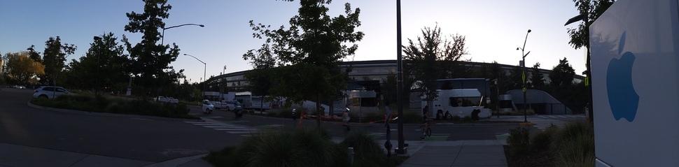 미국 캘리포니아 쿠퍼티노에 있는 애플 본사. '인피니티 루프'란 별칭을 가진 애플 사옥은 옥상에 태양 전지판을 달아 1년 중 9개월은 추가 냉난방 전력이 없이도 운영할 수 있다. 애플도 현재 모든 사업장에서 재생에너지를 사용하고 있다.