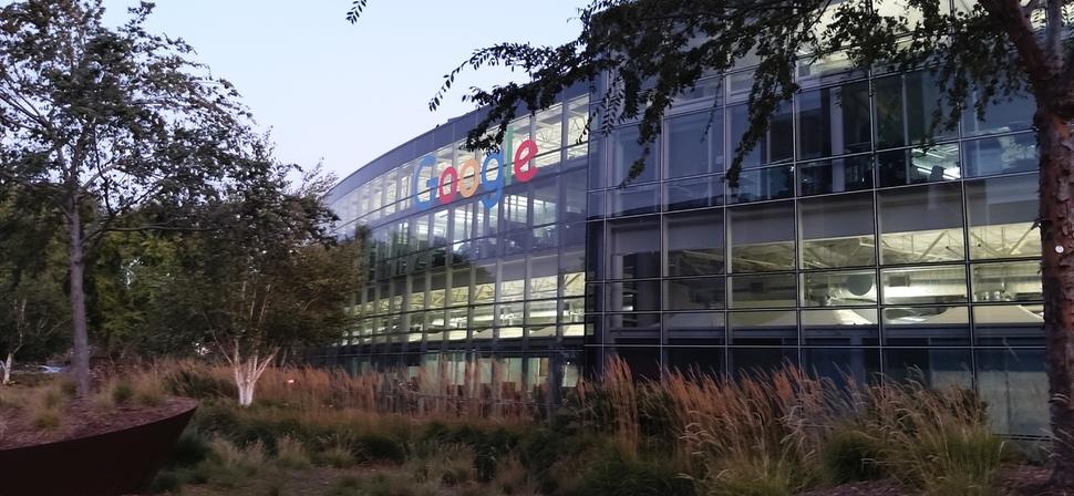 미국 캘리포니아 마운틴뷰에 있는 구글의 본사 구글 캠퍼스. 저녁에도 많은 직원이 불을 켜 놓고 근무를 하고 있다.