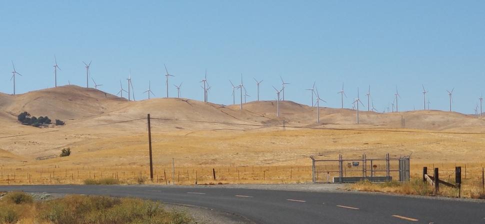 샌프란시스코시에서 북동쪽으로 80여 킬로미터 떨어진 알타몬트 패스의 풍력발전 단지. 5천여개의 풍력 발전기가 있는 이곳은 80년대 초 석유 위기 시기에 지어져 한 때 미국 내 최대의 풍력단지였다. 이곳은 근처 실리콘밸리의 구글 같은 업체가 전기 구매 계약을 체결함에 따라 발전의 새로운 전기를 맞고 있다.