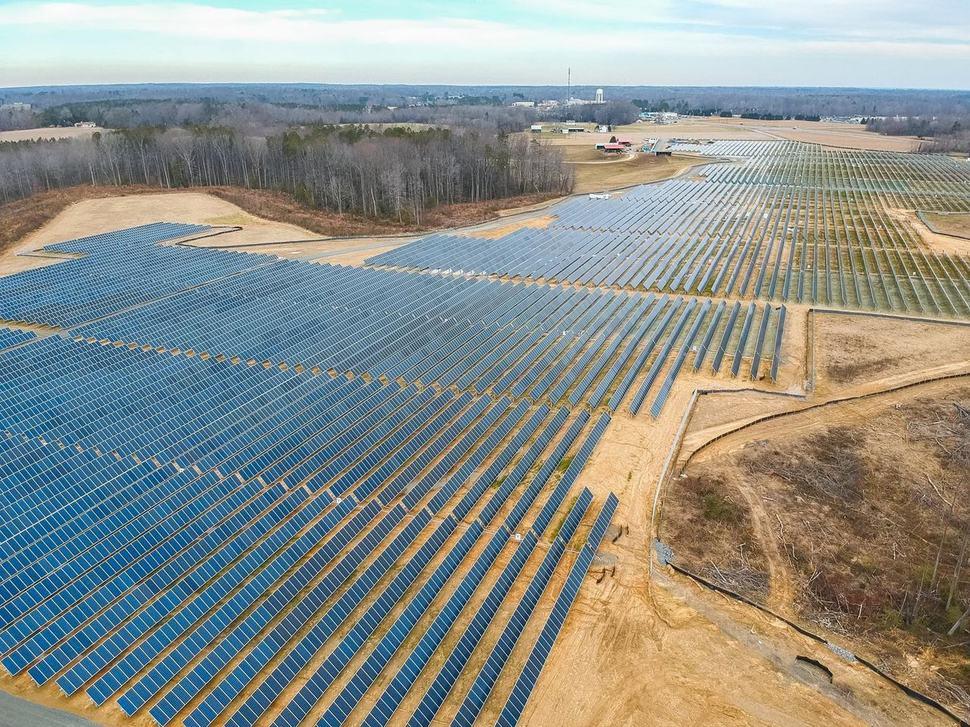 페이스북 최고경영자인 마크 저커버그가 올 4월 6개의 태양광발전 프로젝트를 진행하고 있다고 공개하며 자신의 페이스북에 올린 태양광 발전소 사진. 저커버그 페이스북