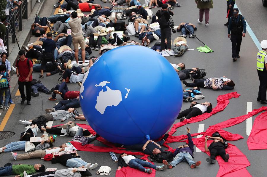 국제 기후 파업 주간인 지난달 21일 오후 서울 종로 1가 사거리에서 열린 9·21 기후위기 비상행동에서 참가자들이 '기후 위기가 다가오면 생존의 위협이 다가온다'는 내용의 퍼포먼스를 하고 있다. 공동취재사진.