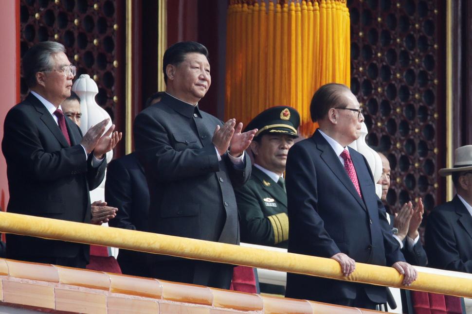 시진핑(가운데) 중국 국가주석이 1일 건국 70주년 국경절 열병식이 진행되기에 앞서 베이징 톈안먼 성루에서 장쩌민(오른쪽), 후진타오(왼쪽) 전 국가 주석과 함께 열병식 행렬을 격려하고 있다. 베이징/로이터 연합뉴스