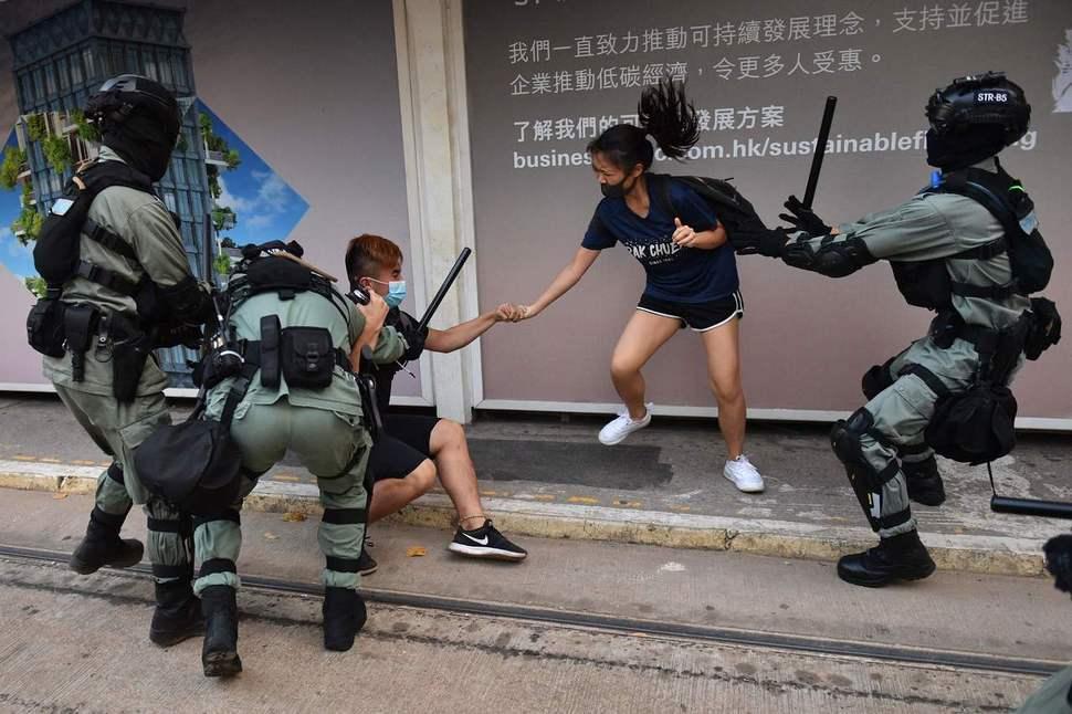 홍콩에서 복면금지법이 발효된 5일, 마스크를 쓰고 반정부 시위에 나선 젊은이들이 시위 진압 경찰에 붙잡히고 있다. 홍콩/AFP 연합뉴스