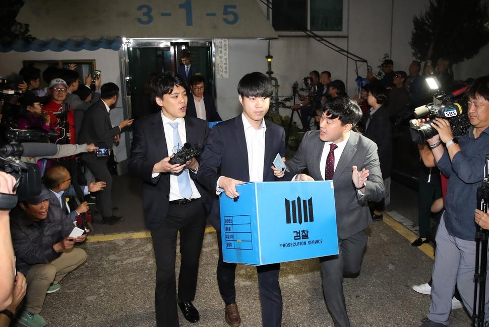 지난달 23일 검찰이 조국 법무부 장관의 서울 서초구 방배동 자택을 압수수색을 마친 뒤 압수품을 옮기고 있다. 한겨레 자료사진