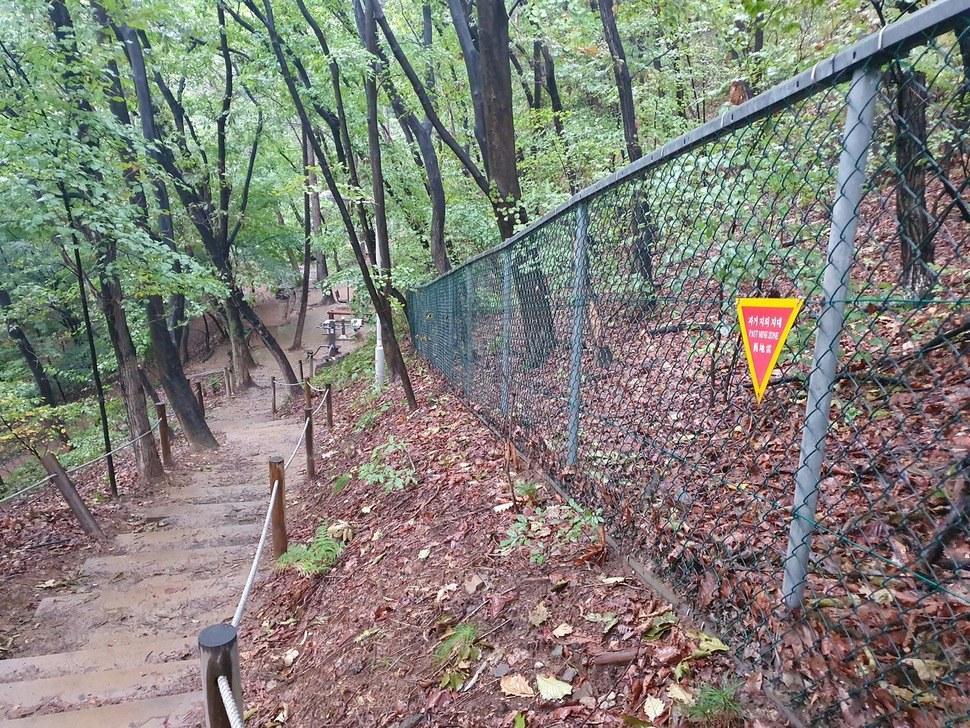 서울 서초구 우면산 산책로를 따라 '과거지뢰지대' 경고문과 철조망이 설치돼 있다. 채윤태 기자