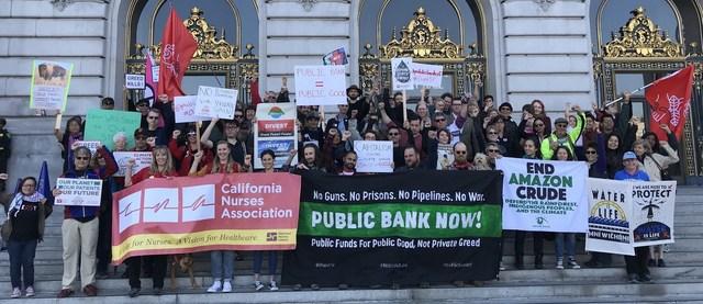 금융부문이 지속가능발전을 이끄는 견인차가 되려면 공공은행처럼 현행 방식과는 다른 '돈의 전달 경로'가 필요하다는 목소리가 높다. 사진은 화석연료 사용 금지를 주장하는 시민단체 '화석 없는 캘리포니아'가 캘리포니아 공공은행 설립을 주장하는 시위를 벌이는 모습.   '화석 없는 캘리포니아' 누리집 갈무리