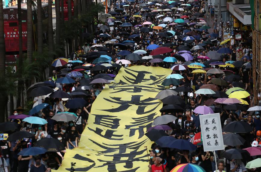 시위대의 마스크 착용을 금지하는 '복면금지법'이 시행된 첫날인 지난 10월5일 홍콩 완차이 지역에서 정부 조처에 반발한 시민들이 마스크를 쓴 채 행진을 하고 있다. 홍콩/로이터 연합뉴스
