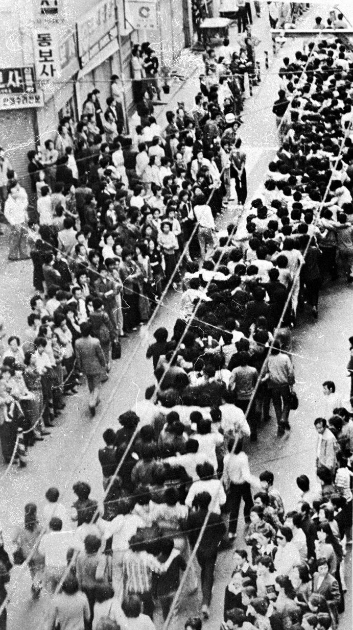1979년 10월 부마민주항쟁 당시 시민·학생 시위대 행렬. 부마민주항쟁기념재단 제공