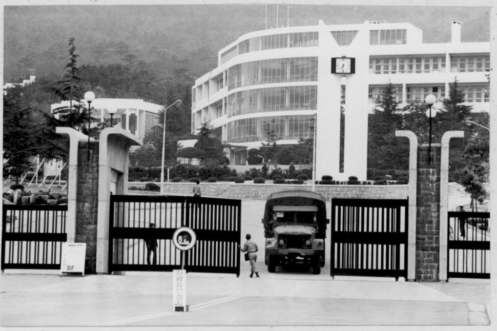 부마민주항쟁이 진행됐던 1979년 10월18일 정부의 계엄령 선포 뒤 부산대 새 정문 앞 모습. 부마민주항쟁기념재단 제공